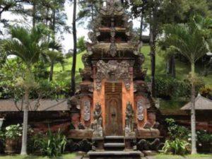 Среди обязательных экскурсий, нужно выделить отдельно посещение храмов