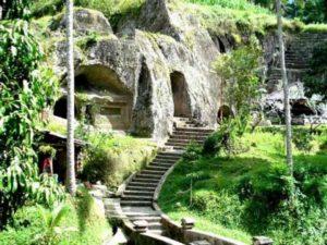 на западном берегу расположен храм Гунунг Кави