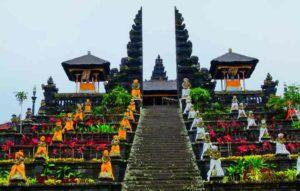 Первый (пагода, расколотая на 2 части) — это вход в главный храм.