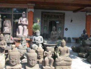На острове Бали очень распространено изготовление сувенирной продукции из камня и дерева, кроме масок здесь делают аксессуары для дома и различные скульптуры.