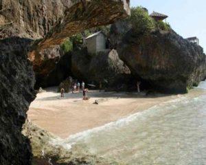 чтобы добраться до пляжа, нужно спуститься вниз по крутым ступенькам